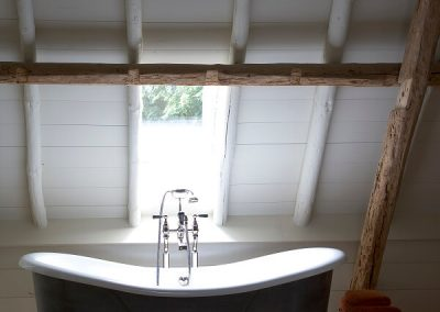 Bad onder houten spant