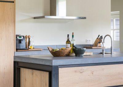 Betonnen keukenblad in landelijke sfeer - foto Denise Keus