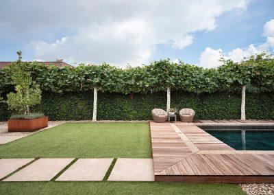 Tuin met haag van klimop en leibomen